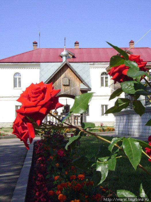 Пятнадцать лет назад обитель вернулась в лоно Русской православной церкви в качестве подворья Троице-Сергиевой лавры. И первым делом монахи восстановили Сергиев колодец