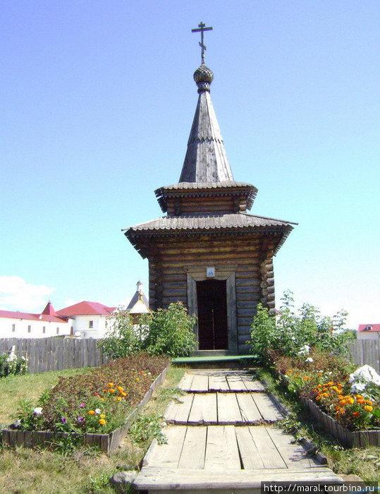 Часовня во имя Сергия Радонежского  поставлена в 1992 году в память 600-летия кончины святителя на месте взорванного в 1930-е годы Троицкого собора