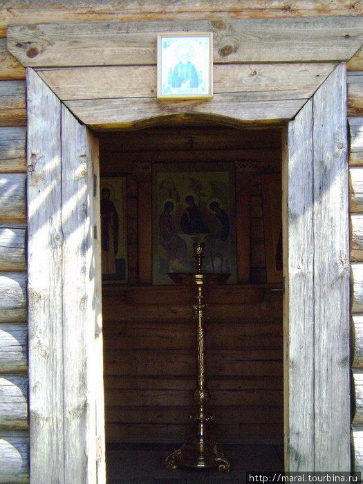 В часовне можно помолиться и поставить свечу перед образом Святой Троицы