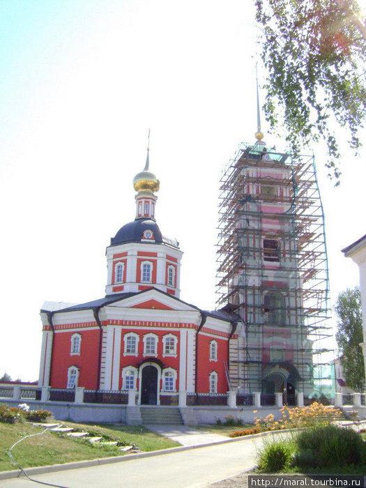 Собор Троицы Живоначальной (Троицкий собор; Святотроицкий собор; Свято-Троицкий собор) заново построен в 2005 году