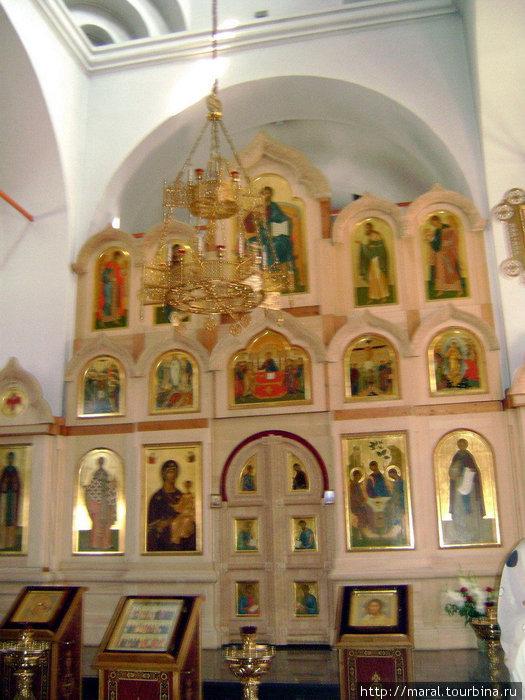 Иконостас Троицкого собора, где есть изображения Святой Троицы и преподобного Сергия Радонежского