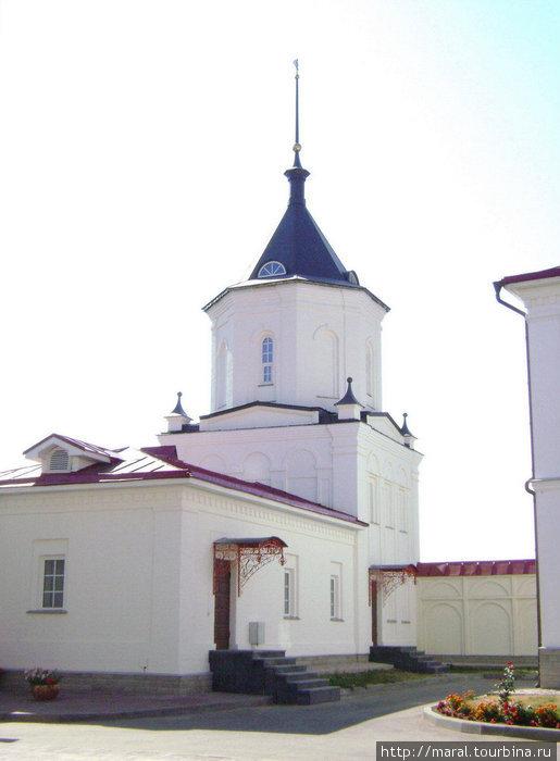 Восстановленные башни монастырской ограды. Юго-западная угловая башня