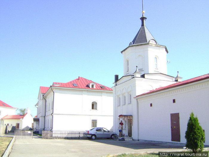 Каменная ограда монастыря имеет шесть башен — четыре угловые и две внутри ограды. Южная внутренняя башня