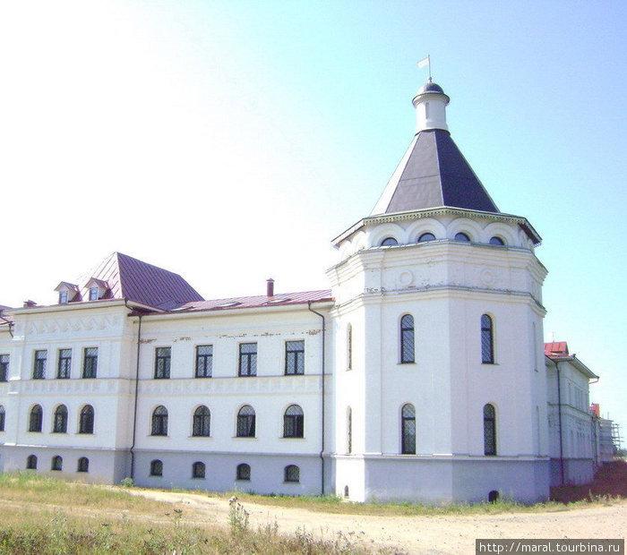 Восточная угловая башня самая большая и самая красивая из шести башен монастыря