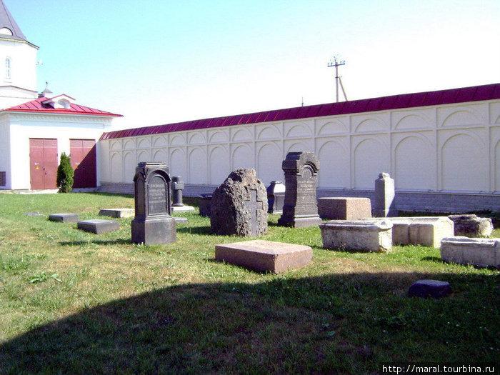 Последнее пристанище на монастырском кладбище обрели многие представители купеческих семей Плешаковых и Мальгиных, которые своими пожертвованиями способствовали расцвету монастыря