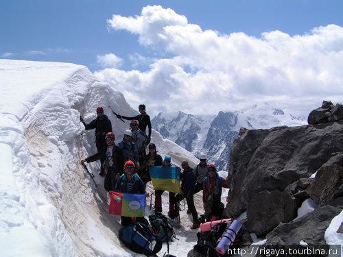 Вместо обещанного руководителем озера на перевале был обнаружен огромный снежный нанос