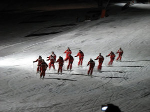 Вечерами инструкторы лыжных школ устраивают показательные представления.