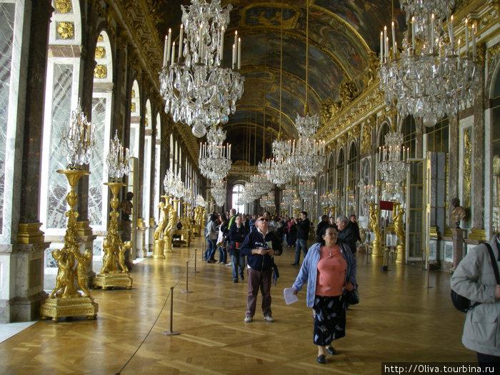 Знаменитая зеркальная зала Версаля... без людей
