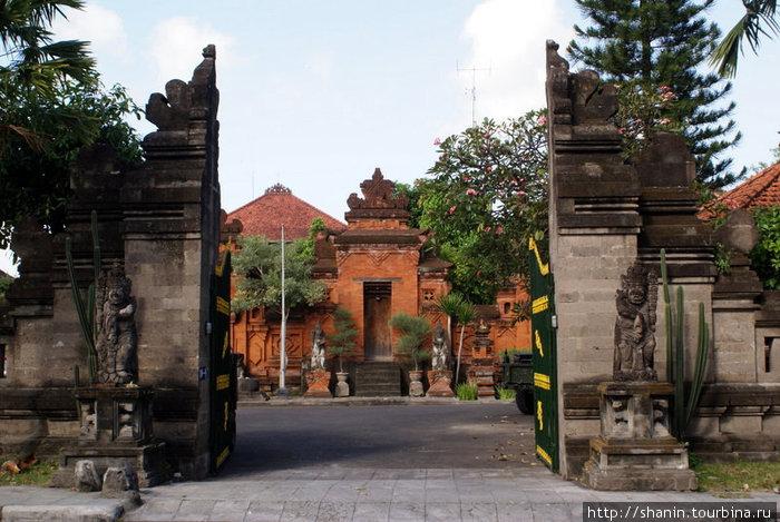 Типичный балийский дом Денпасар, Индонезия