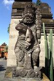 Балийский демон у входа