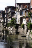 Дома на берегу реки