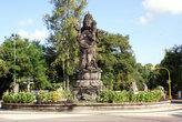 Статуя Чатур-Муха — четырехголовый индуистский бог Вишну
