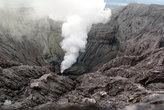 Столб пара вырывается из дна кратера Бромо