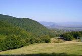 По центру вдалеке выделяется гора — развалины легендарного Хустского замка, построенного на яичном желтке и долгие века остававшемся неприступным.