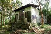 Дом в лесу на туристической тропе вокруг озера Телага Варна