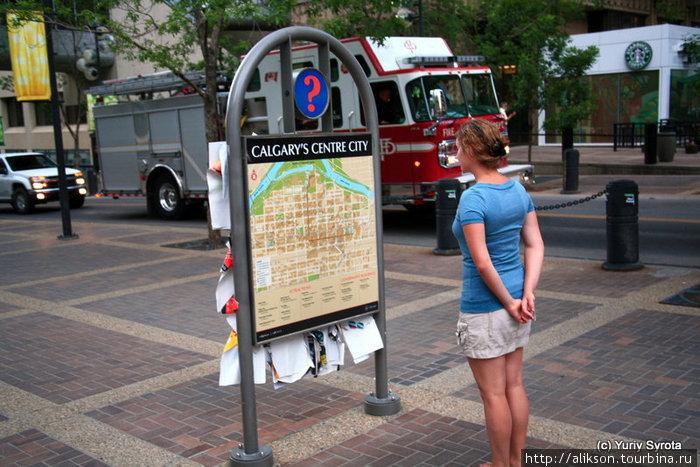 Удобно, что по центру города стоят такие стэнды с картой и указателем