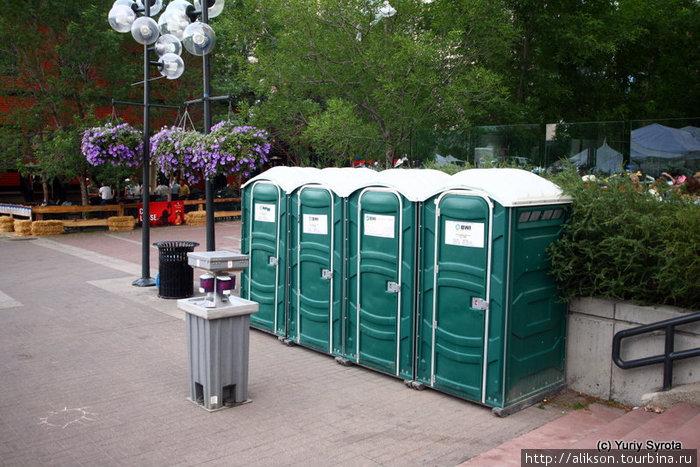 Это бесплатные туалеты. В Штатах такие то же выставляют в местах скопления народа. Но удивило наличие хэнд санитайзера (средство для дезинфекции рук) — та тумбочка перед туалетами.