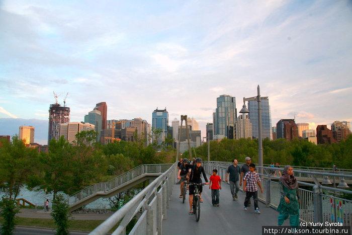 Это Канадский аналог Бруклинского моста в Нью Йорке. Он то же подвешен на тросах или трубах, но он короче. Общее впечатление сходное. Это в Принц парке.