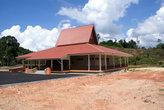 Новое здание у шоссе