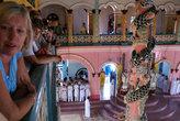 Туристы смотрят на службу с балкона