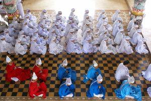 На полу в храме