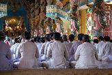 Храм заполнен монахами