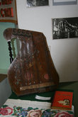 Старинный инструмент цитра в зале Истории.