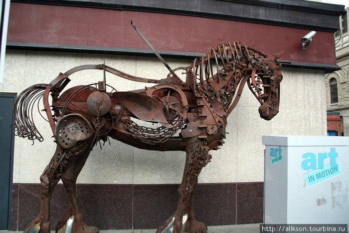 Конь, сделанный из частей старых тракторов.
