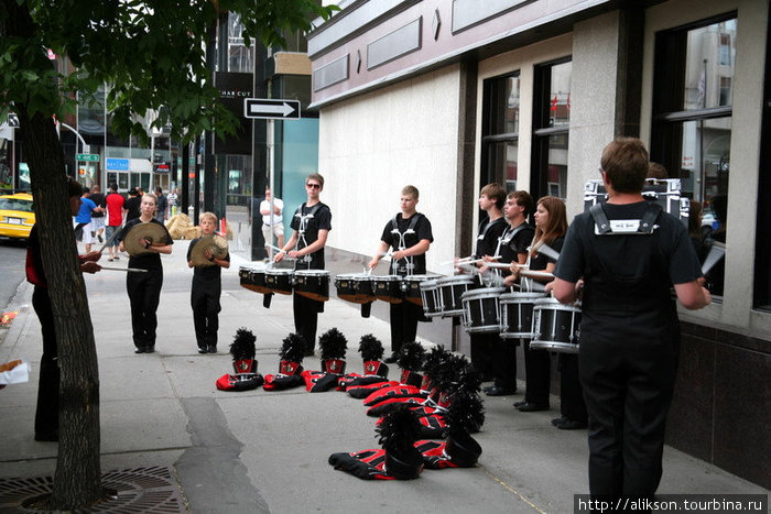 Барабанщики из marching band.