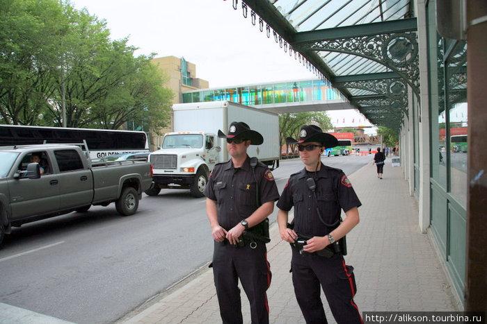 Полицейские в Калгери. Похоже, ковбойские шляпы — это часть их стандартной формы.