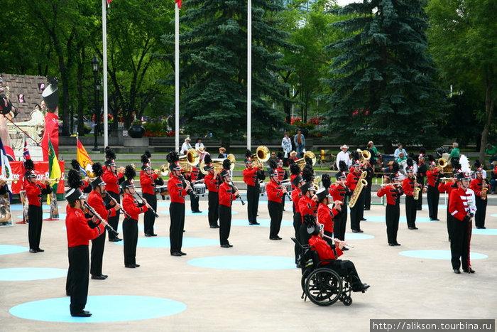 Marching band выступает в Olympic Park.