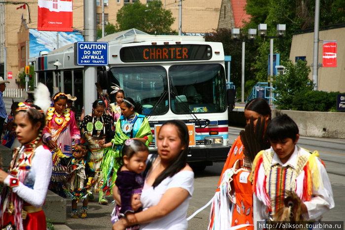 Индейцы приехали на автобусе на выступление. Выглядело странно. Нехватало только лошадей, выходящих из автобуса.