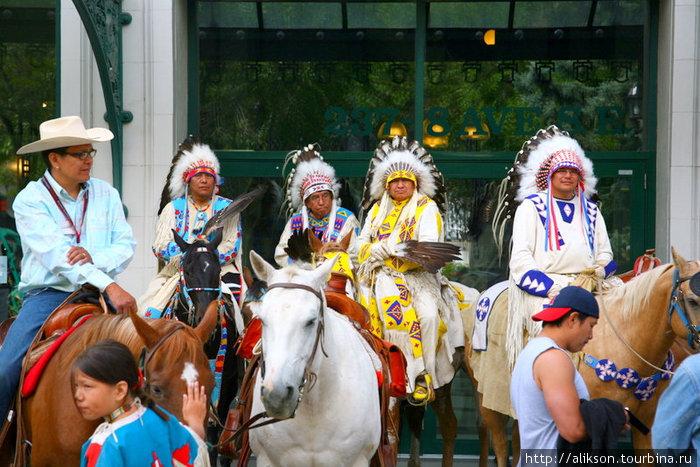 Индейская конница перед выходом на сцену.