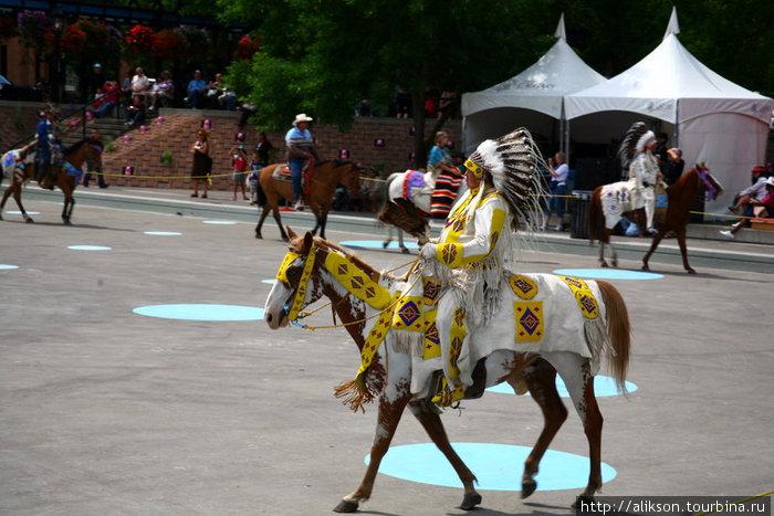 Индейцы зашли на сцену цепочкой, демонстрируя своё убранство.