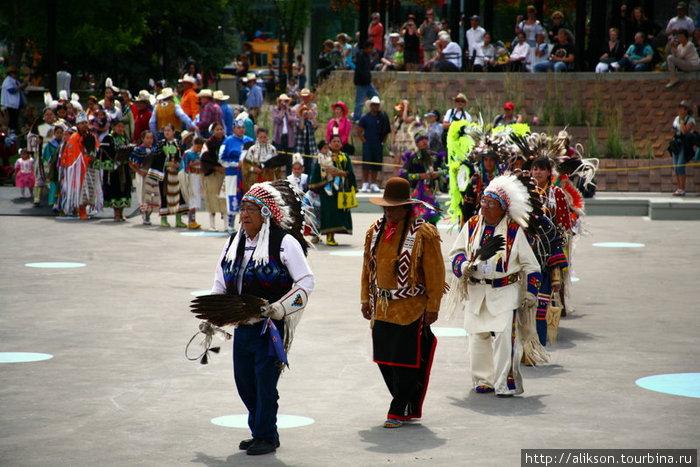 Пешие индейцы вышли пританцовывая, возглавляемые пожилым индейцем в джинсах.