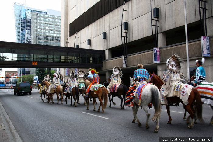 Позже индейская конница двинулась по улицам в сторону Стэмпид парка.