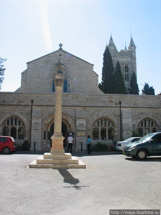 В центре колонна с крестом