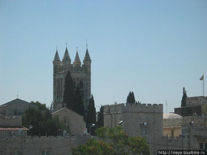 Церковь Сент-Джордж – первое, что мы увидели из окна нашего номера.