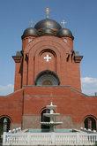Собор на территории Свято-Троицкого монастыря. За монастырскими стенами уютно и прохладно в тени зеленого садика и рядом с фонтаном.