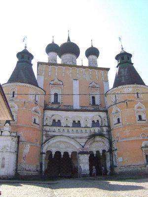 Парадный вход в Борисоглебский монастырь — через северные врата, над которыми возвышается Сретенская церковь XVII века