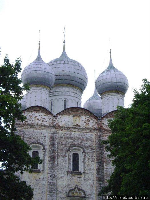 Над южными святыми вратами высится Сергиевская церковь XVI века