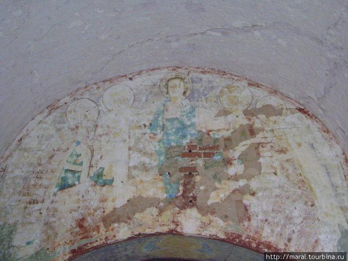 На арке южных ворот изображены святые образы
