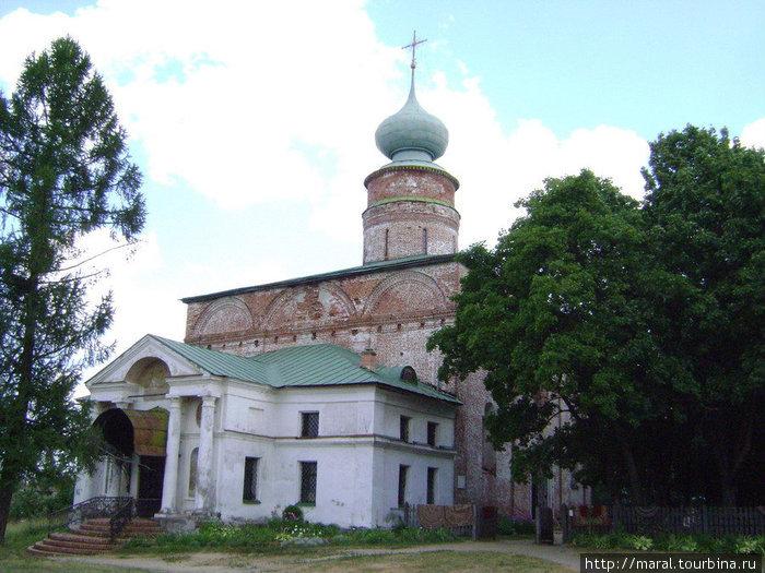 Одно из первых зданий, построенных ростовским зодчим Григорием Борисовым в монастыре – каменный собор Бориса и Глеба. Он возведён на месте одноимённого деревянного храма в 1522 – 1524 гг.