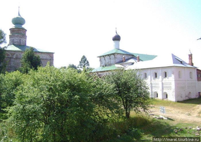 В 1524 – 1526 гг. рядом с собором под началом Григория Борисова возводится тёплая Благовещенская церковь с трапезной