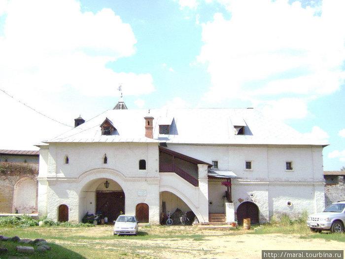 К постройкам XVI века относятся реконструированные ныне старые настоятельские покои