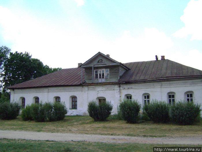 Казначейский дом близок по архитектуре к расположенному рядом Просфорному дому XVI века. Однако это здание было построено, согласно сохранившимся монастырским отчётам, в XVII веке.
