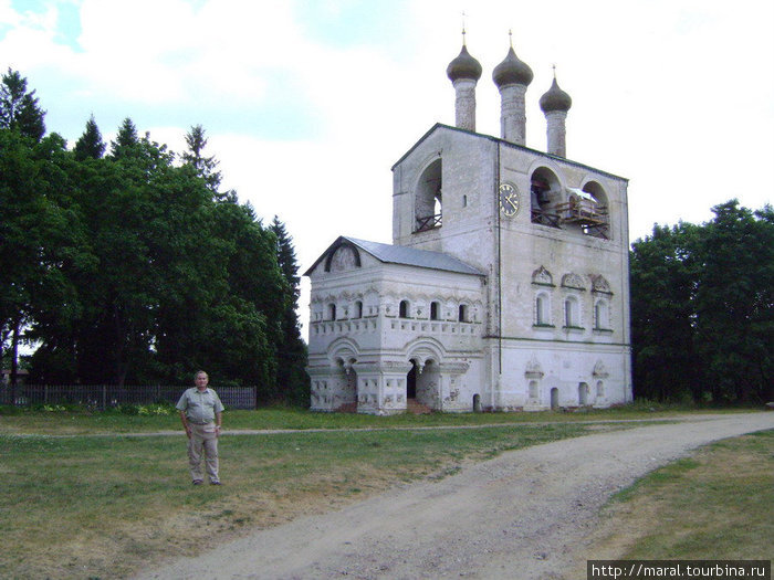 Звонница монастыря (освящена 25 октября 1682 г.) дошла до нас в почти первозданном виде. Строила звонницу ростовская артель, которая тогда же возводила звонницу возле Успенского собора в Ростове