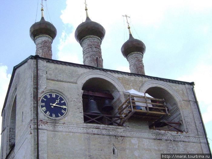 Правильнее сказать, это была часозвонница — редкое по тем временам сооружение. Много десятилетий звонница была без часов. Часы восстановлены и показывают точное время. Теперь восстанавливают росписи