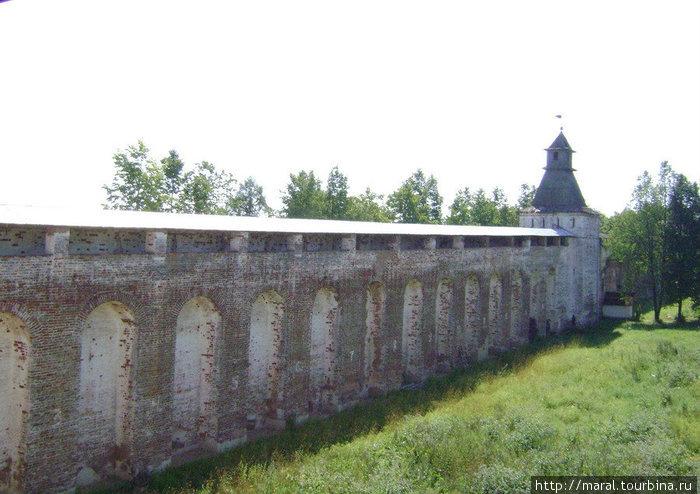 Протяжённость стен монастыря составляет 1040 метров, их высота составляет 10 – 12 метров, толщина – до 3 метров. Восточная стена с шестиугольной башней — это башни более ранней постройки