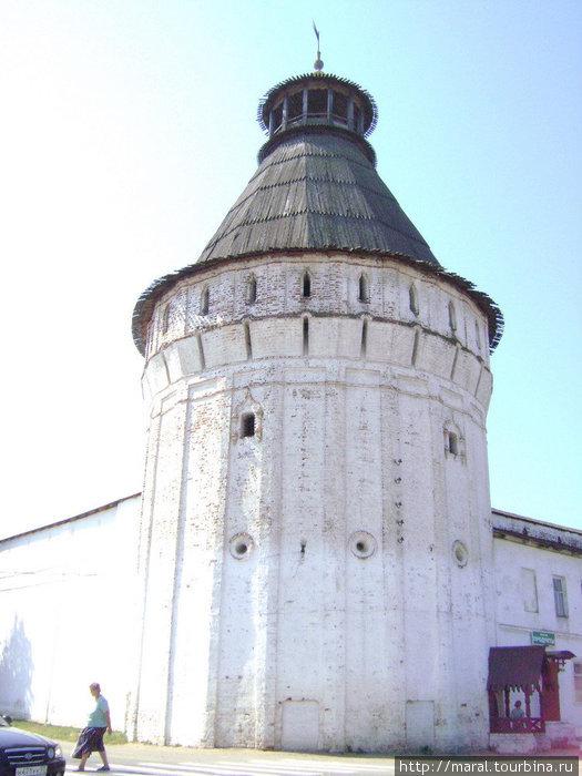 Самая красивая и одновременно самая высокая – 38 метров в высоту – это северо-восточная (Максимовская) башня монастыря. Она построена в конце XVII века. Наверху башни — смотровая площадка